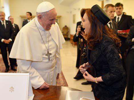 CFK se esguinzó el tobillo y llegó tarde a almuerzo con el Papa