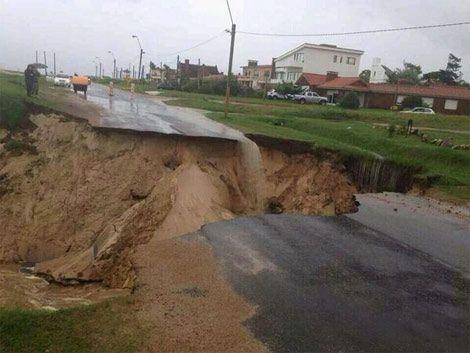 Lluvia provocó derrumbe y cráter en la rambla de Atlántida