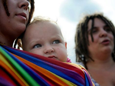 Neurólogo advierte peligro de que parejas gays adopten niños