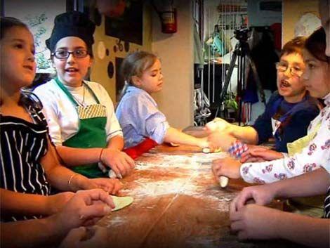 Niños aprenden a cosechar y cocinar sus propios alimentos