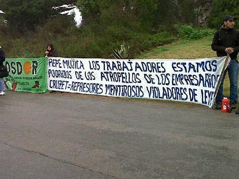 Trabajadores acamparon frente a la chacra de Mujica