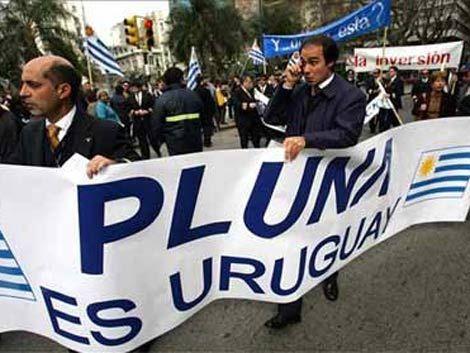 Empleados de Pluna piden seguro especial y marchan a Presidencia