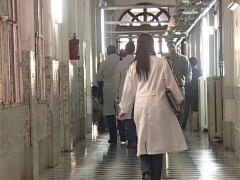 Habilitarán a estudiantes y residentes para atender pacientes