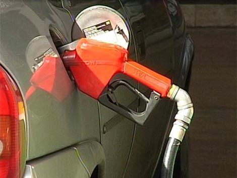 Esta semana bajan el precio de los combustibles