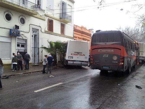 Ómnibus de Copsa chocó contra un depósito en Tres Cruces