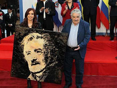 Mujica pidió salir del encierro y firmar varios TLC