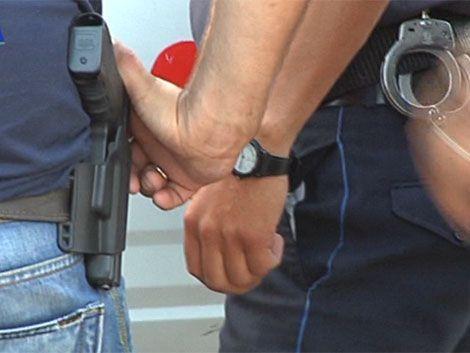 Policía detiene a ladrón escondido en ducto de restaurante