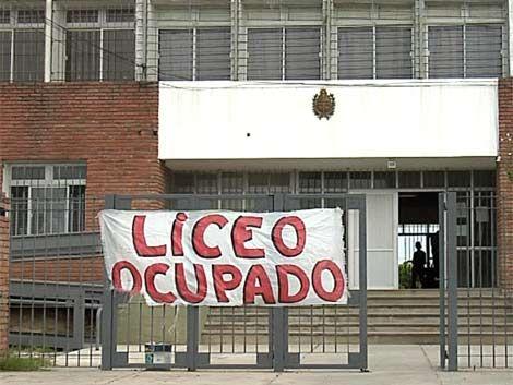 Profesores hacen paro y ocupan el liceo de Playa Pascual