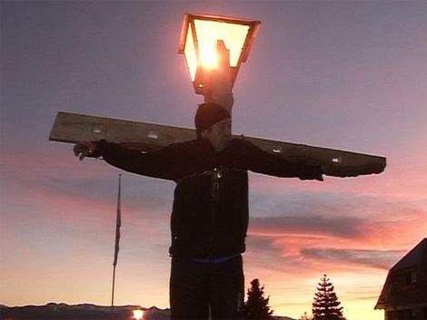 Trabajador se crucificó en Bariloche porque le bajaron el sueldo