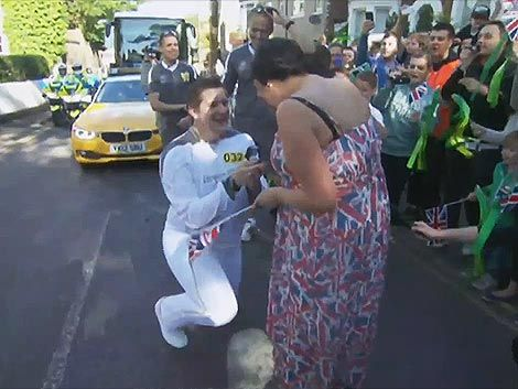 Portador de la antorcha olímpica pidió matrimonio durante su ruta