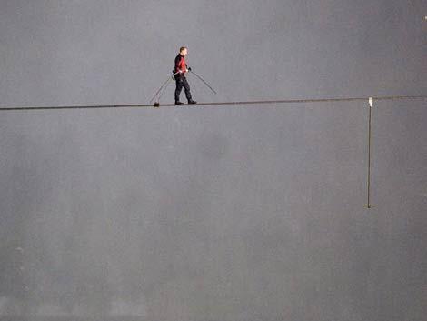 Hombre cruza las cataratas del Niágara sobre un cable