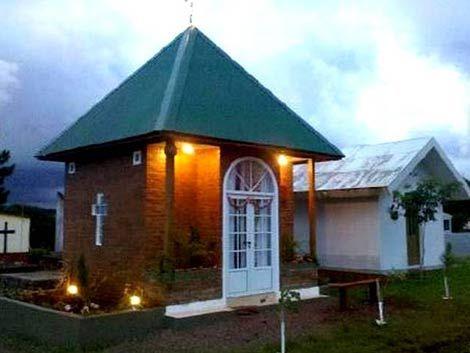 Viuda instaló casa en el nicho de su esposo para ir de visita