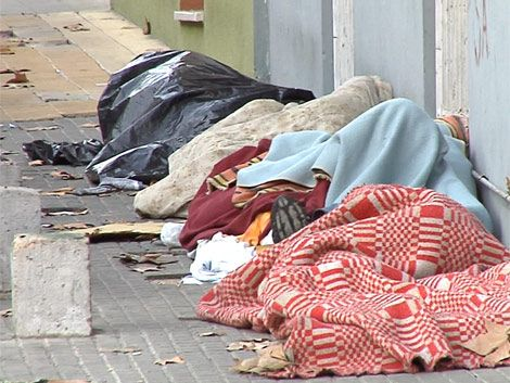 Todas las mañanas la IM intenta retirar indigentes de las calles