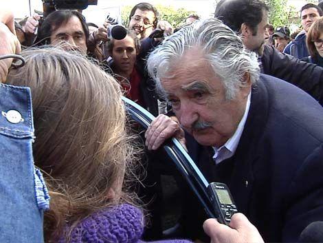 Una madre le pidió a Mujica que ayude a la escuela de su hijo
