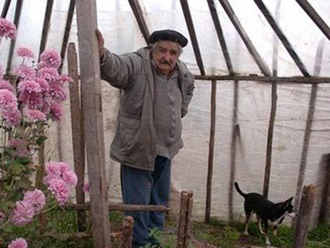 Mujica fue por una tapa de inodoro y terminó de director técnico