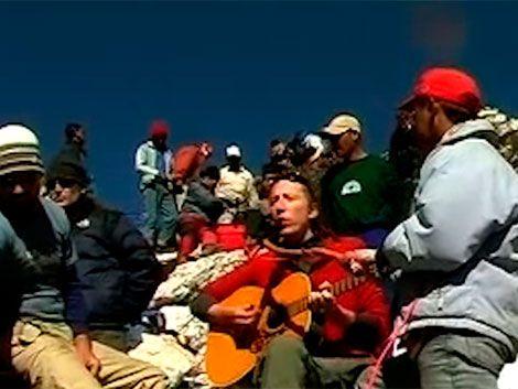 Uruguayo sube al Himalaya con su música y bate récord