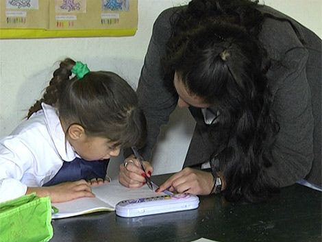 Una maestra vuela a dar clase a 3 niños en una isla del Río Negro