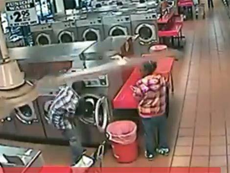Increíble: metió a su hijo al lavarropas y casi lo mata