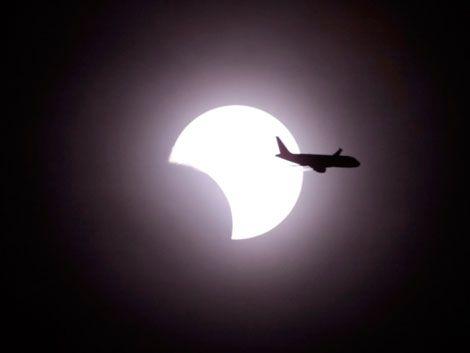 El eclipse anular de sol transcurrió entre nubes en Tokio
