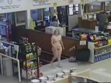 Entró desnuda a hacer las compras y la detuvieron