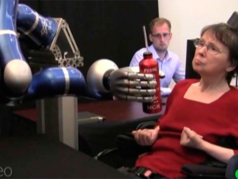 Construyen brazo mecánico activado por el pensamiento