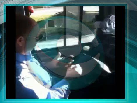 Chofer de ómnibus manda mensaje de texto mientras conduce