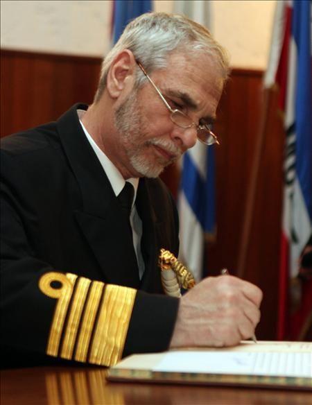 Armada navega en aguas turbulentas: renuncia el comandante