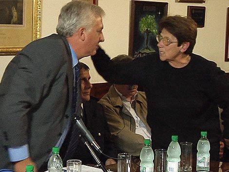 Jefe de Policía se llevó reclamos y un beso de vecinos de Colón