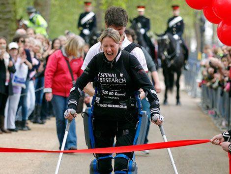 Mujer paralítica con un traje biónico completó maratón en 16 días