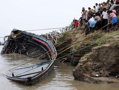 En India más de 100 personas mueren en un naufragio