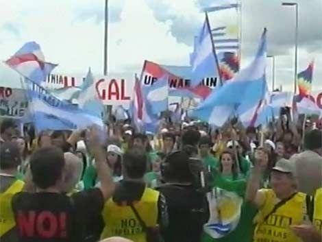 Asambleístas de Gualeguaychu volvieron al puente fronterizo