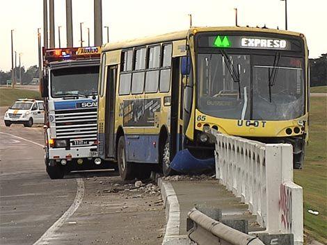 Un ómnibus chocó y casi vuelca en un puente