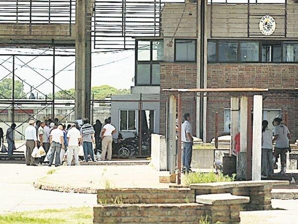 Militares con cabezas tapadas controlarán acceso a prisiones