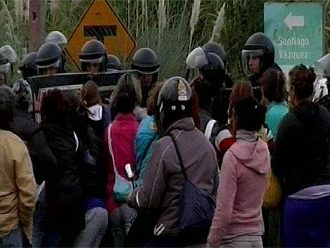 Policía desalojó por la fuerza a familiares que cortaban la ruta