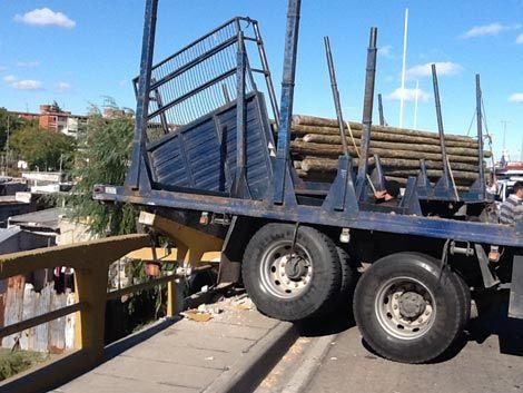 Una grúa retiró el camión que colgaba sobre el Pantanoso