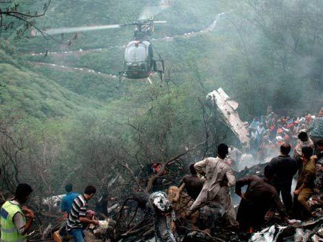 Avión con 127 pasajeros cayó en Pakistán