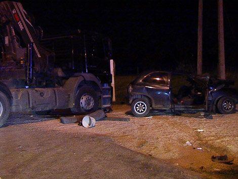Cinco heridos tras choque entre camión y auto en Ruta 102
