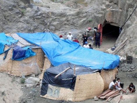 Construyen encofrado para llegar a los mineros atrapados en Perú