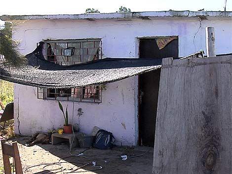 Le balearon su casa y debió esconderse en el baño con sus 7 hijos