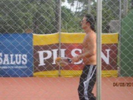 Ricardo Arjona pidió para jugar padel en un modesto club de Punta