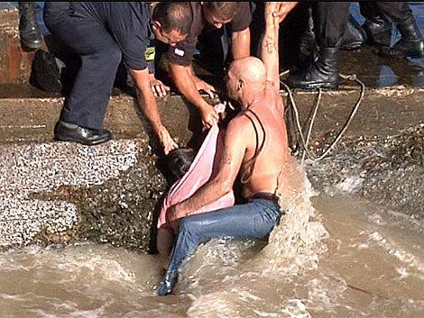 Heroico rescate de una mujer que se ahogaba en la rambla sur