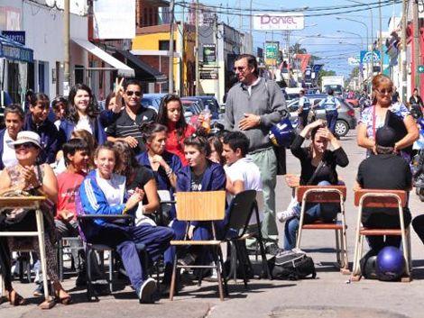Padres y docentes del Liceo N° 2 proponen dar clases en la calle