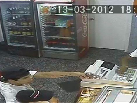 Policía busca 2 ladrones que robaron pizzería y quedaron grabados