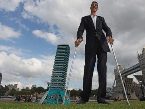 El hombre más alto del mundo deja de crecer: quedó en 2.51 metros