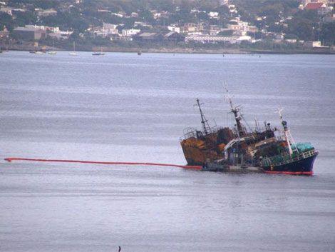 Derrame de combustible en el puerto por barco siniestrado