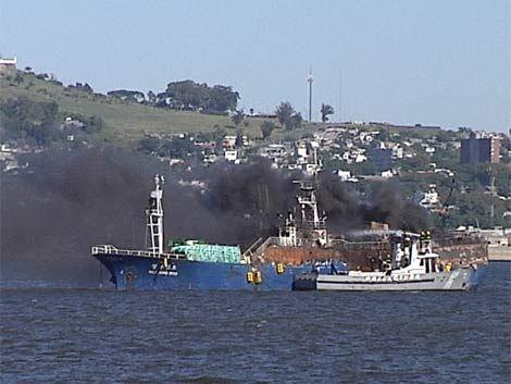 Siguen trabajando en extinción de incendio en buque coreano