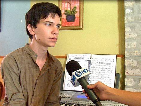 Joven con seis dedos quiso aprender piano y no se lo permitieron