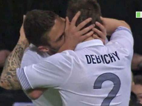 Polémico festejo con un beso en la boca entre futbolistas