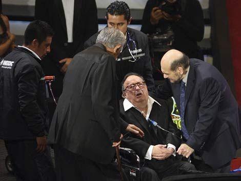 Chespirito recibió sentido homenaje y tuvo que irse en ambulancia
