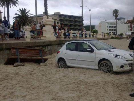 Dos mujeres transitaban en auto y aterrizaron en la playa
